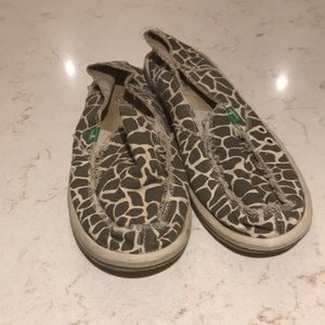 Sanuk animal print giraffe canvas sandal shoes 9